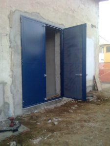 Portoni a forte potere fonoisolante blu aperto